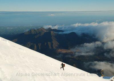 61 Taranaki Aufstieg mit Meerblick